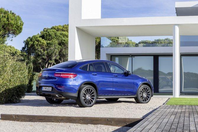 Кросс-купе GLC предлагается в 8 модификациях с 4 дизельными и 4 бензиновыми версиями, среди которых предусмотрены гибрид Plug-In и спортивный AMG. Купе GLC 220d (170 л. с.) и GLC 250d (204 л. с.) считаются базовыми. Фото Mercedes-Benz