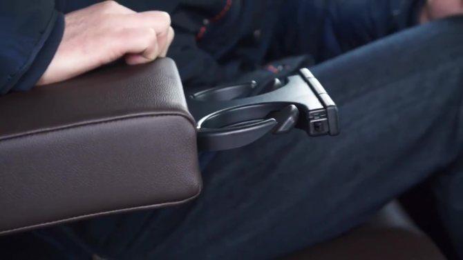 Подстаканники для задних пассажиров Toyota Fortuner