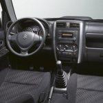 Салон Suzuki Jimny более чем архаичен.