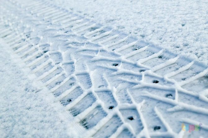 След протектора на снегу
