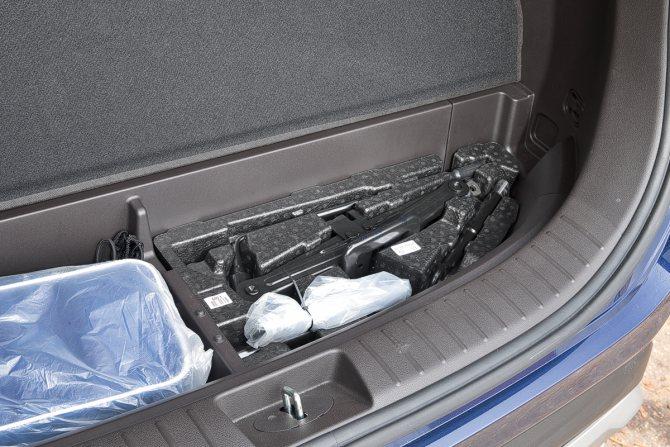 В небольшом подполье — штатный инструмент и стандартный набор автомобилиста. Полноразмерная запаска подвешена под днищем — чтобы обезопасить ее от воров, можно установить специальную защиту за 3000—4000 рублей