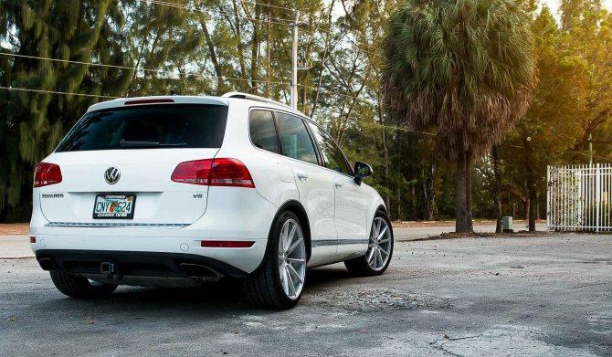 VW Touareg 2012 (вид сзади)